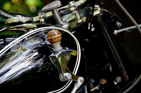 palanca de cambios: Detalle de la palanca de cambios tanque de gasolina de la motocicleta en la motocicleta negro vintage. Foto de archivo