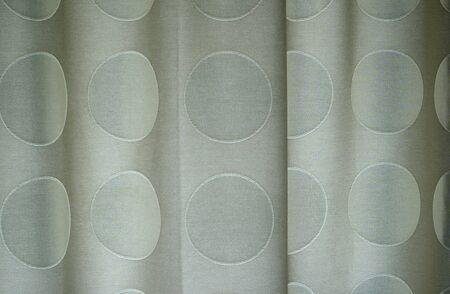 polka dotted: Cerca de la polca punteada cortinas con pliegues en la tela.