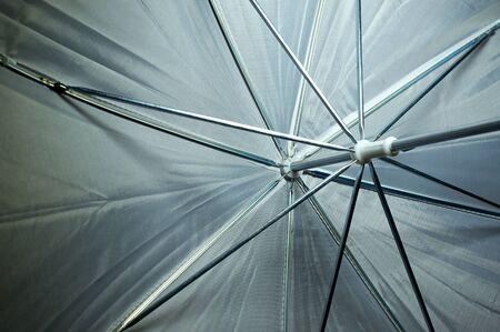 Kijkend naar de binnenkant van een fotograaf witte paraplu, die het raamwerk.