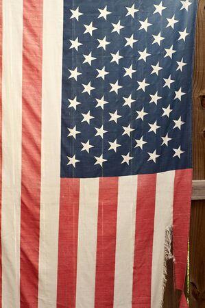외부 울타리에 매달려 오래 된, 너덜과 찢어진 미국 국기. 스톡 콘텐츠