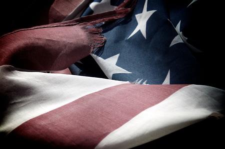 백그라운드에서 별 파란색과 흰색 착용 하 고 너덜 된 미국 국기의 빨간색과 흰색 막대의 닫습니다.