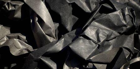 過酷な影はくしゃくしゃにして太い黒い半光沢紙のクローズ アップ。