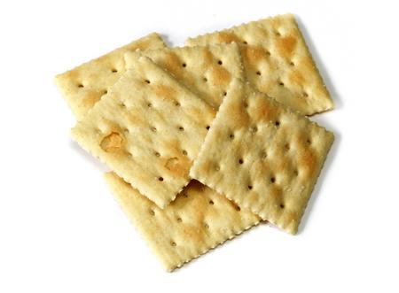 Pila pequeña de galletas de soda, también conocidas como galletas de soda y galletas saladas sobre blanco, no aislado.