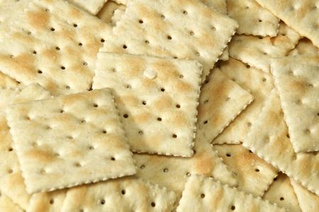 Cerca de galletas saladas que llenan toda la imagen, también conocidas como galletas de soda y sopa. Foto de archivo
