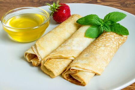 hotcakes: Crepes with strawberries with honey.