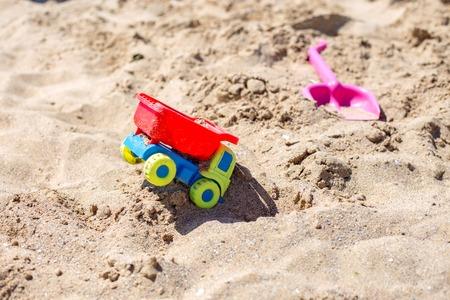 Het stuk speelgoed van kinderen vrachtwagenauto op speelplaats, industrail symbolen