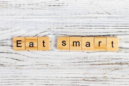 スマートの木製キューブで単語の書かれたダイエットの概念を食べる