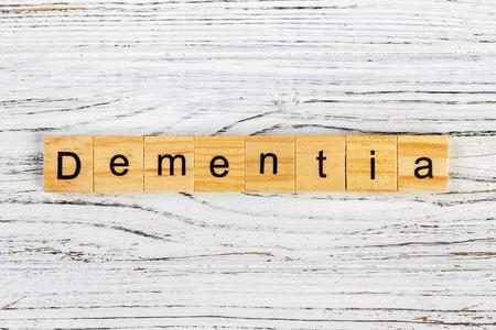 Dementiewoord met houten blokkenconcept dat wordt gemaakt Stockfoto