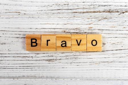 BRAVO-woord met houten blokkenconcept dat wordt gemaakt