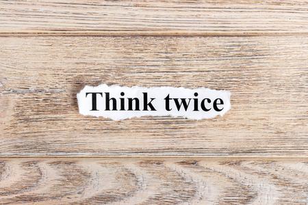 종이에 두 번 텍스트를 생각하십시오. 단어 찢어진 종이를 두 번 생각하십시오. 개념 이미지입니다. 스톡 콘텐츠