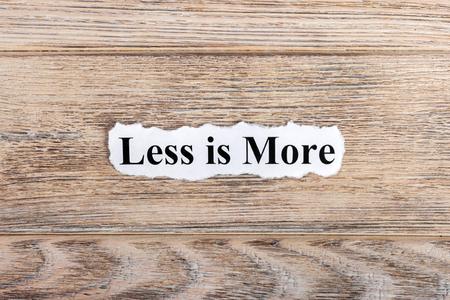 적은 종이에 더 많은 텍스트입니다. Word less는 찢어진 종이에 더 있습니다. 개념 이미지입니다.