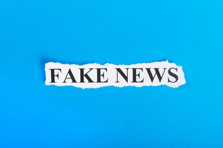 texto de noticias falsas en palabras de papel de estafa en falso concepto de papel rasgado .