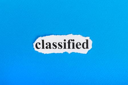 종이에 텍스트를 분류. 찢어진 종이에 분류 된 단어. 개념 이미지입니다.