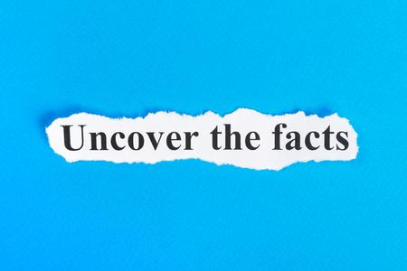 紙のテキストをその事実を明らかにします。明らかにその事実を Word、引き裂かれた紙の上。コンセプト イメージ。 写真素材