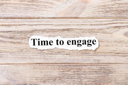 tijd om het woord op papier te zetten. concept. Woorden van tijd om op een houten achtergrond in dienst te nemen. Stockfoto