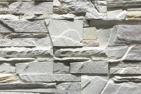 Muro di pietra con design artigianale interno di pietre rettangolari.