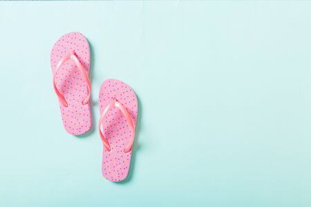 pink flip flops on blue background. Top view with copy space. 版權商用圖片