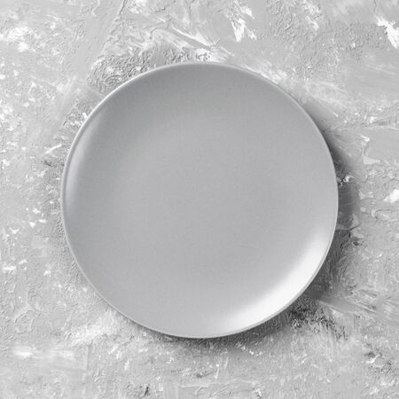 Top view with empty for you design. Empty grey plate on wooden background. 스톡 콘텐츠