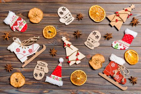 Top view of Christmas toys on wooden background. New Year ornament. Holiday concept. Zdjęcie Seryjne