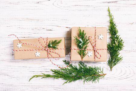 Weihnachten verzierte Geschenkbox mit Tannenbaum- und Schneeflockendekor auf Draufsicht des weißen Hintergrundes. Getönt. Standard-Bild