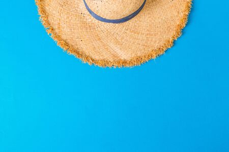 yellow retro straw hat top view with copy space. summer concept on blue background. 版權商用圖片