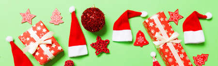 Top view of Banner Christmas decorations on green background. New Year holiday concept with copy space. 免版税图像