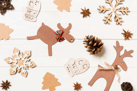 Top view of Christmas toys on wooden background. New Year ornament. Holiday concept. 免版税图像