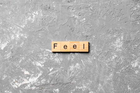 feel word written on wood block. feel text on table, concept. 免版税图像