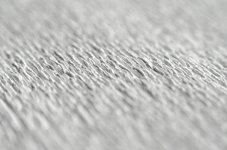 Texture blanche de papier gaufré. Macro. Faible profondeur de champ. Fond abstrait avec des rainures profondes dans la texture du papier ondulé. Modèle de lignes sur une diagonale Banque d'images - 80679173