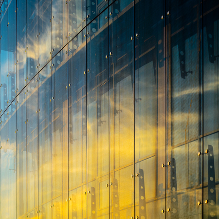 Facciata continua in vetro. Elementi di fissaggio di Spider Glass System. Dettaglio della facciata. Architettura sfondo astratto. Archivio Fotografico