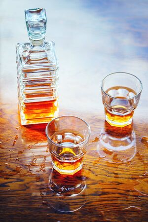 Whiskey old square carafe with two glasses on a varnished table top view Banque d'images - 143802366