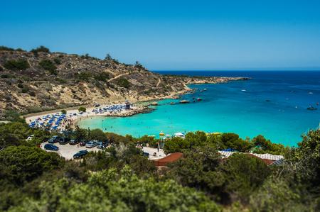 Piękna plaża nad morzem. Pejzaż morski. Piękne wybrzeże Cypru. Kurort na Cyprze. Plaże Cypru. Greckie plaże. Płatne plaże Zdjęcie Seryjne
