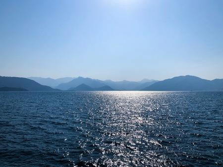 Silhouettes des montagnes. Paysage d'été avec mer et chaîne de montagnes. Vue sur la montagne dans la mer. Montagnes bleues et mer bleue. Paysages de Marmaris