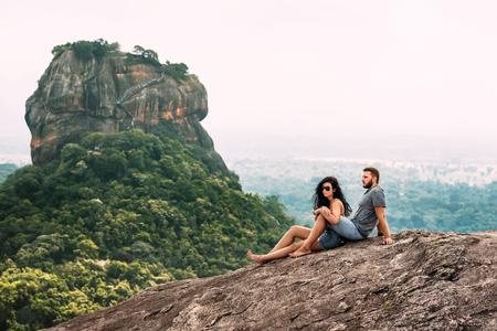 Una pareja enamorada en una roca admira las hermosas vistas en Sigiriya. Foto de archivo