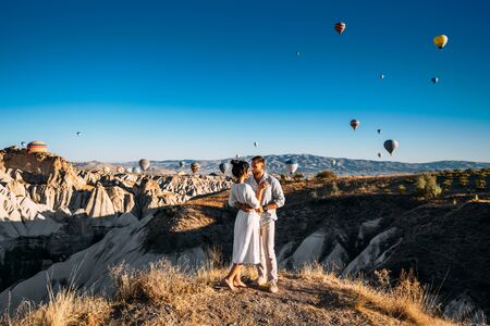 The couple meets the dawn. The man proposed to the girl. Family trip to Turkey. Couple at the balloon festival. Honeymoon trip. Couple travels the world. The Landscapes Of Cappadocia 版權商用圖片