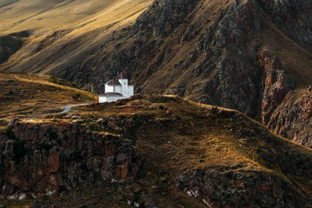 White house among the mountains. Beautiful autumn landscape. Small house in the mountains. Autumn mountains. Autumn landscape in the mountains Banque d'images