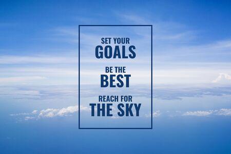 Cita inspiradora y motivadora. Alcanzar metas y sueños. Fondo de cielo.