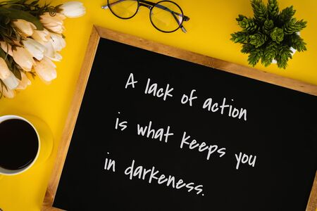Pizarra con cita inspiradora y motivadora sobre fondo amarillo