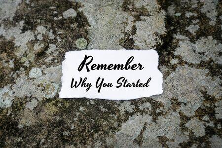 Motivierendes und inspirierendes Zitat. Erinnere dich, warum du begonnen hast. Papier auf Beton. Standard-Bild