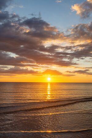 Golden Hour Sunset View at Tanjung Aru Beach, Kota Kinabalu, Sabah. Banco de Imagens