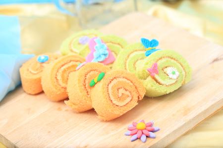 pasta di zucchero: rotolo arancione e verde con pasta di zucchero farfalla