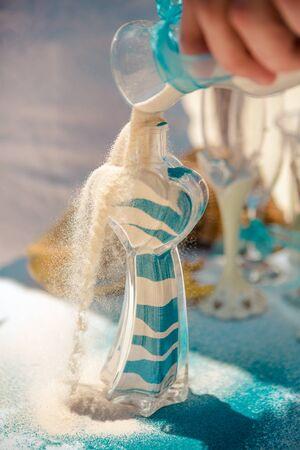 Hände des Bräutigams bei der karibischen Sandzeremonie