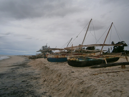 Traditional Malagasy Old Fishing Outrigger Canoe Boats on Beach, Madagascar Stok Fotoğraf
