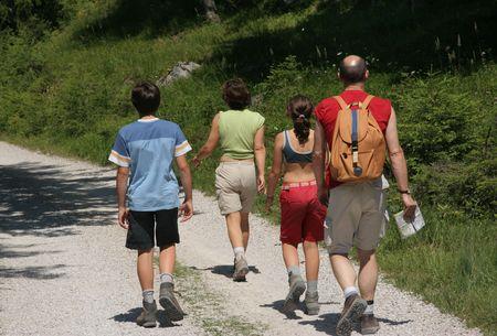 두서없는: Family group trekking in Austrian alps