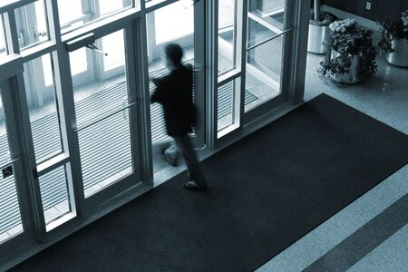 Hombre caminando, de un edificio de oficinas