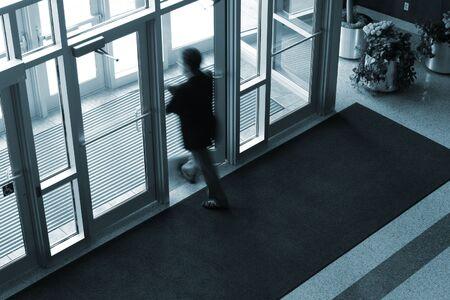 Man Walking aus einem Bürogebäude