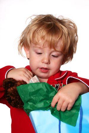 Junge öffnet ein Geschenk Tasche  Lizenzfreie Bilder