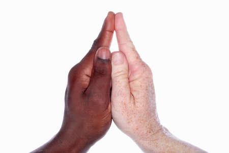fraternidad: Dos manos de diferentes razas bloqueada junto a la forma de una iglesia (simboliza la unidad y la fraternidad)