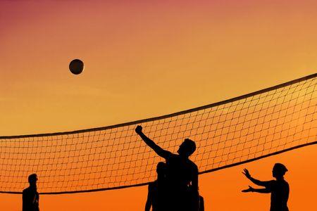 pelota de voley: Un grupo de personas que est�n jugando pelota de voley al atardecer