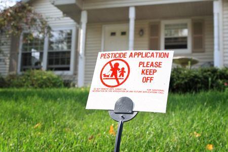 Plaguicidas se�al de advertencia sobre el c�sped delante de una casa